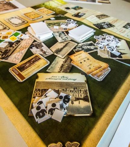 """zdjęcie powstającej historycznej gry planszowej """"Zgierscy Fabrykanci"""" - fot. Muzeum Miasta Zgierza"""