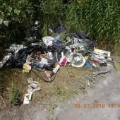 Wyrzucone śmieci - fot. Straż Miejska w Zgierzu
