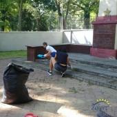 Sprzątanie cmentarza żołnierzy radzieckich przy ul. Parzęczewskiej