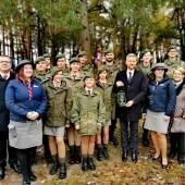 Uczestnicy uroczystości w Polskim Lasku na Ukrainie