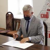 Podpisanie umowy z firmą wykonawczą przez Prezydenta Miasta Zgierza