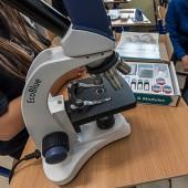 Mikroskop w pracowni szkolnej