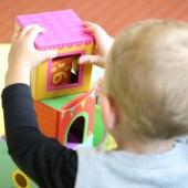 bawiące się małe dziecko - fot. pixabay.com (domena publiczna)