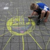Dziecko rysuje kolorową kredą na chodniku - fot. CKD