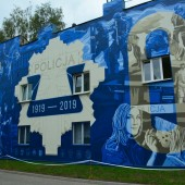 Mural upamiętniający 100-lecie Policji Państwowej obok Komendy Powiatowej Policji w Zgierzu