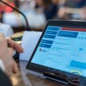 tablet z aplikacją podczas sesji Rady Miasta Zgierza