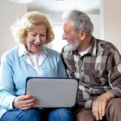 seniorzy z laptopem