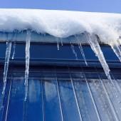 Zaśnieżony dach i sople lodu- fot. pixabay.com (domena publiczna)Close