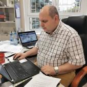 Arkadiusz Kędzierski przy komputerze