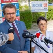 Piotr Adamczyk i dr Monika Parys udzielają wywiadu na terenie szpitala w Zgierzu