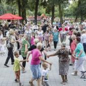 Zdjęcie bawiących się osób podczas Zgierskiego Pikniku Seniora (20.08.2016 r.)
