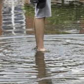 Osoba stoi w wodzie po kostki