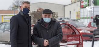 Przemysław Staniszewski i Michał Kleszczyński przy pojemniku