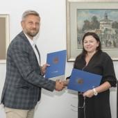 Od lewej: Przemysław Staniszewski (Prezydent Miasta Zgierza), Katarzyna Adamek (przedstawiciel firmy Kemada)