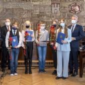 Stypendyści, Przewodniczący Rady Miasta, Prezydent Miasta Zgierza, z tyłu Wiceprzewodnicząca Rady Miasta Zgierza