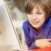 Chłopcy przy komputerze - fot. UKE