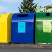kolorowe pojemniki przy blokach mieszkalnych