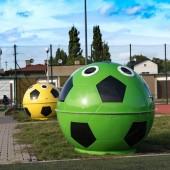 Zdjęcie pojemników w kształcie piłek piłkarskich