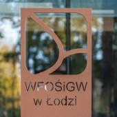 tablica z logo WFOŚiGW w Łodzi
