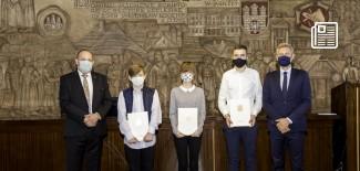 Od lewej: Przewodniczący Rady Miasta Zgierza, Stypendyści, Prezydent Miasta Zgierza stoją w sali konferencyjnej Urzędu miasta Zgierza