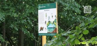 """Tablica edukacyjna w lesie na terenie ośrodka """"Malinka"""""""