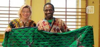 Magdalena Kowalska oraz gość specjalny z Zambii Everisto podczas spotkania w SP 11
