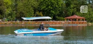 łódka pływa po stawie miejskim