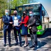Przedstawiciele samorządów stoją przed autobusem linii 2 BIS